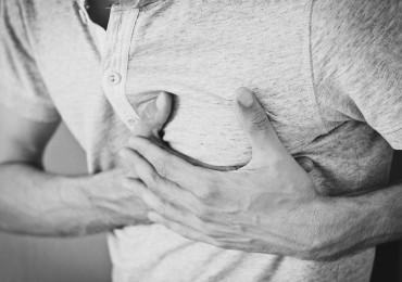 Na perikarditidu upozorní bolest i trávicí obtíže