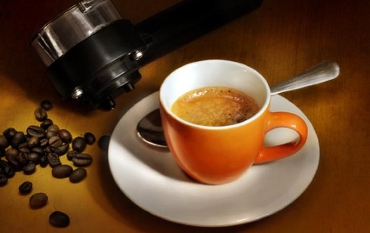 Šálek kávy může zabránit komplikacím při umělém oplodnění